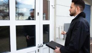 Dorpsteam aan de deur bij betalingsachterstand